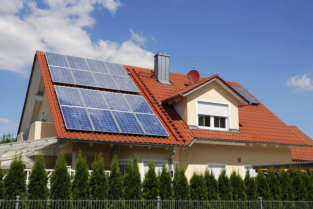 Aurinkosähköjärjestelmä mitoitetaan kunkin talon sähkötarpeen mukaan.