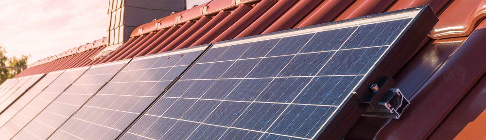 Aurinkopaneli tuottaa hyvin sähköä myös Suomen olosuhteissa.